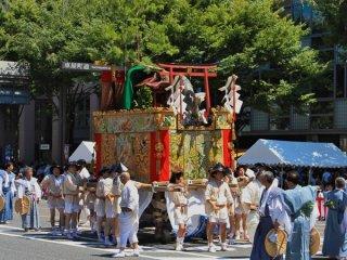Koi-Yama (鯉 山) Trong biểu diễu hành Yamaboko Junko (山鉾巡行) ở Kyoto, 2011! Chiếc phao này có một con cá chép nhảy lớn (Koi trong tiếng Nhật) đang dũng cảm bơi lên thác nước Ryumon, có nghĩa đen là cổng rồng. Theo một truyền thuyết cổ xưa của Trung Quốc, một con cá chép có thể biến thành rồng nếu con cá bơi thành công thác nước này trên sông Hoàng Hà (ở Trung Quốc, rồng là biểu tượng của sự vĩ đại)