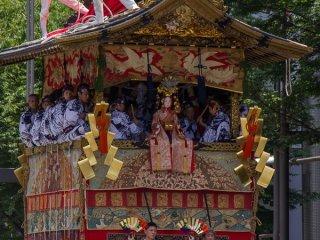 Tsuki-Hoko (月 鉾) Trong buổi diễu hành Yamaboko Junko (山鉾巡行) ở Kyoto, 2012! Chiếc kiệu này lấy tên từ mặt trăng lưỡi liềm gắn trên đỉnh cực của nó. Ở giữa là vị thần của mặt trăng được gọi là Tsukiyomi-no-Mikoto