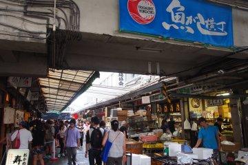 <p>A typically busy day at the Tsukiji Fish Market</p>