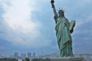 东京湾,彩虹大桥和缩小版自由女神