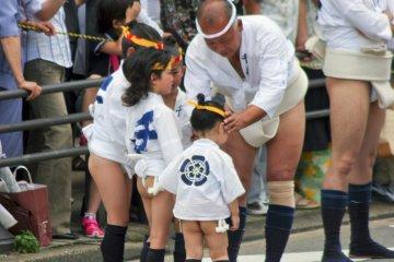<p>可愛的小朋友們跟著爺爺一起參加,他們通常會跑在神轎的前面。</p>