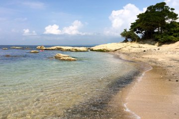 Cape Tomyo in Uraga is home to Tomyodo Lighthouse and a lovely secluded beach