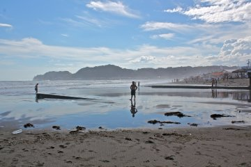 Yuigahama Beach is in the heart of a major tourist city, Kamakura, and is within minutes of four different train stations.