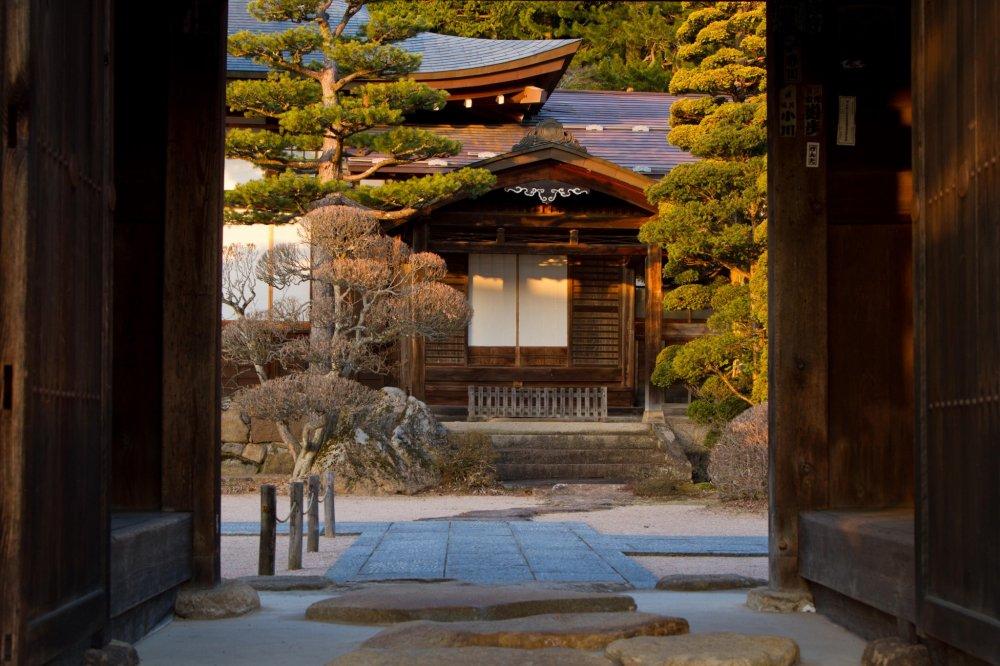 Đi bộ xuyên qua cửa tháp Unryuji