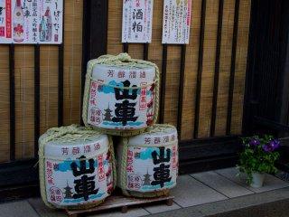 특별 상점 앞에 높여있는 사케 통들. 타카야마 시는 지역의 특별한 맛의 사케로도 유명하다.