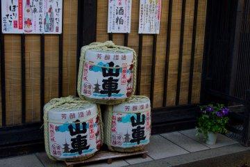 <p>특별 상점 앞에 높여있는 사케 통들. 타카야마 시는 지역의 특별한 맛의 사케로도 유명하다.</p>