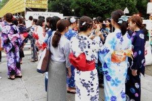 La majorité des filles viennent vêtues de leur yukata, un léger kimono qui se porte pendant l'été