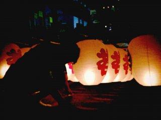 아키타: 아키타의 칸토 축제에서 긴 기둥에 달린 불빛을 보세요.