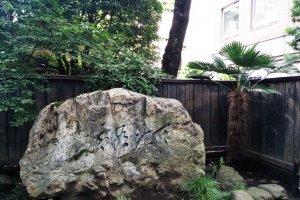 Batu yang diletakkan di depan rumah Doi Bansui. Mudah terlihat di Aoba Avenue.