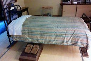 Kasur tempat Doi Bansui meninggal diabadikan, begitu juga dengan geta (sendal kayu) miliknya