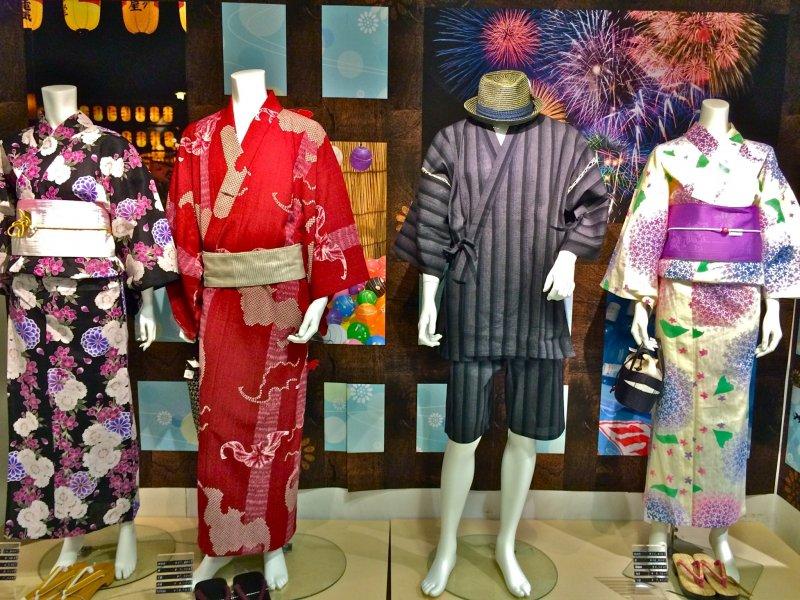 <p>A Yukata&nbsp;is a summer kimono traditionally worn to enjoy Hanabi (Fireworks) in major cities like the Sumida River Fireworks Festival in Asakusa, Tokyo. Photo taken at Marui City Shibuya.</p>