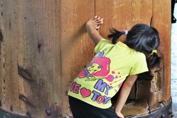 <p>东大寺,一个小孩在看大人钻成功洞</p>