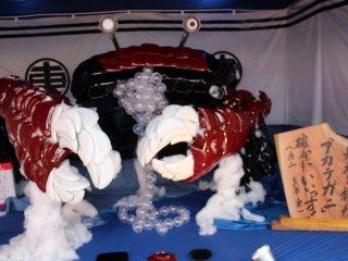 漆の什器やプラスチックボールなどを使った蟹。福井は越前ガニの本場である