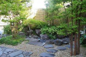 สวนหน้าบ้าน ที่มีรั้วเตี้ยๆ เลยถูกแอบมอง