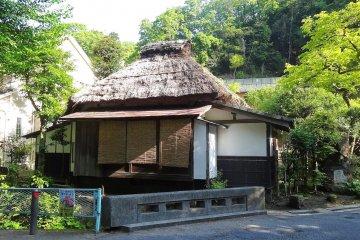 <p>บ้านเรือนแถบกิตะ คามาคุระ เป็นบ้านเล็กๆ แต่ละหลังมีเนื้อที่ไม่มากนัก แต่ก็ไม่ดูแออัด เป็นบ้านแบบเรียบๆ ที่น่าดู</p>