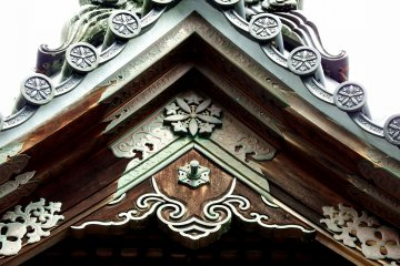 <p>Beautiful bronze ornaments on the roof of a temple building</p>