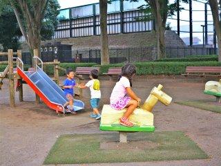 儿童公园内玩耍的孩子们