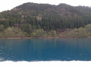 Le lac est entouré de montagnes dans lesquelles il est possible de faire de la randonnée