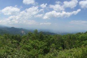 高原から見る米沢市内、パノラマで撮ったのに...