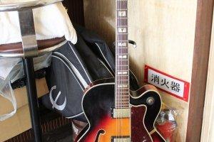 久雄さんの弾くギターはとても柔らかく美しい。ジャズ、ボサノバ、R&Bなどあらゆるジャンルの音楽に通暁している素晴らしいパフォーマー