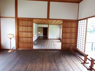 Kamar yang luas dapat terhubung dengan membuka pintu geser