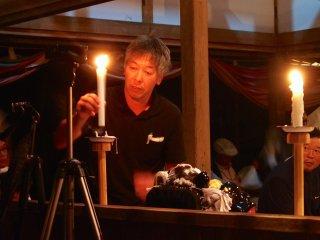 Meskipun terdapat penerangan listrik, penerangan dari lilin memberikan efek mistis ke atmosfer kuil.