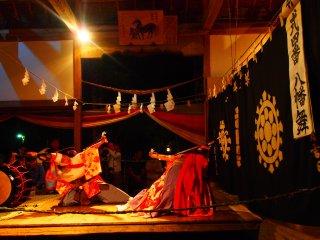 Pertunjukkan tari ini menampilkan kisah dari berbagai legenda lokal.
