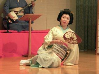 아와라 예기 시오리씨는 '미야코도리' 춤을 추고 있다. 그녀는 애인을 갈망하는 여자를 연기한다