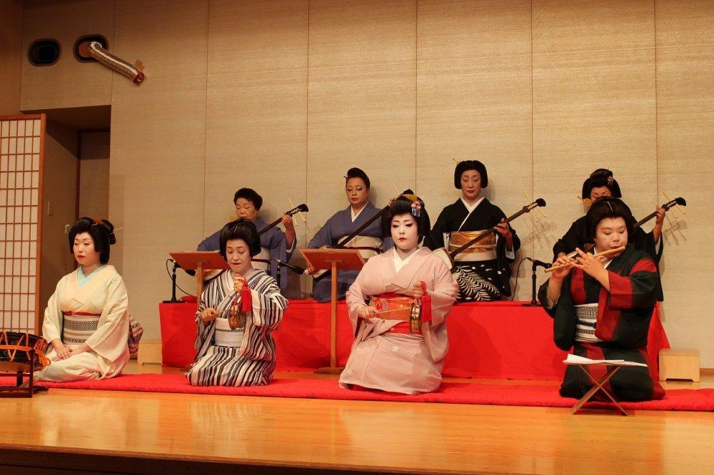 日本の古典芸能であり大衆芸能の小唄、長唄が披露される