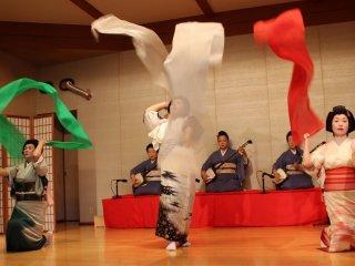 長唄「さらし」。京都祗園の芸妓の踊りは一畳踊りと呼ばれる動きの小さな踊りである。それに対し、芦原芸妓の踊りは動きがダイナミックなものが多い。