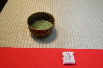 <p>Japanese green tea and sweet cake that were served to me were delicious!</p>