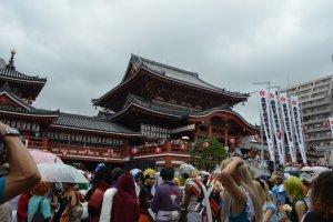 บริเวณหน้าศาลเจ้าOsu Kannonในวันงาน