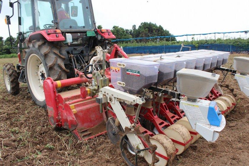 蕎麦の種がセットされたトラクター
