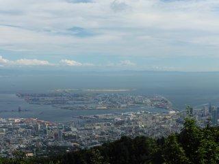 Hòn đảo nhỏ ở giữa bức tranh là sân bay Kobe. Phía xa xa là sân bay Kansai; khi trời không có mây, bạn có thể nhìn thấy rất rõ
