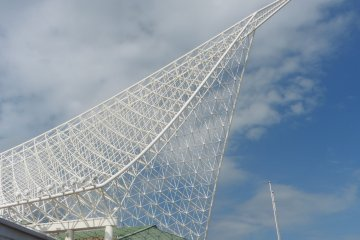<p>The roof of Kobe Maritime Museum that symbolizes a ship&#39;s sail</p>