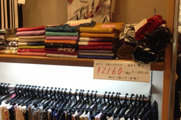 <p>Tsudaya offers discounts when you buy a yukata and an obi belt at the same time, until the stock for the summer sells out.</p>