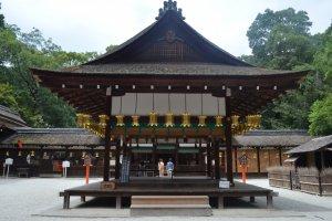 ศาลเจ้าKamigamo Jinja หนึ่งในสองศาลเจ้าKamoที่เก่าแก่ที่สุดในเมืองเกียวโต