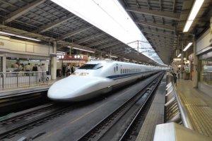 東京駅で乗車する人々