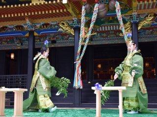 """Các điệu nhảy """"Aoba no Mai"""" được biểu diễn như một phần thờ phụng kami (thần Shinto) tại đền"""