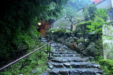 <p>Pathway to outdoor bath</p>