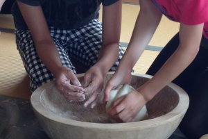 Mixing up the soba well in the bowls