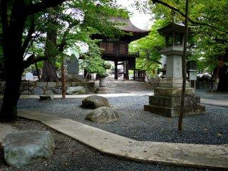 Cánh cổng nhìn từ trong khuôn viên