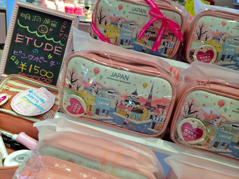 <p>Etude House Harajuku, a popular Korean cosmetic line, is currently offering these adorable souvenir cosmetic bags for 1,500yen</p>