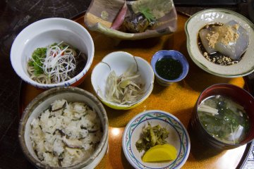 <p>Koshoan&#39;s&nbsp;lunch special, with a delicious local delicacy made from Japanese arrowroot,&nbsp;kuzumochi, at the top right</p>