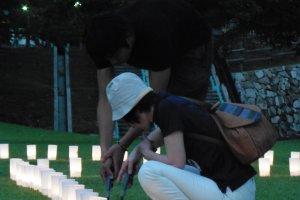 Les visiteurs peuvent aider en allumant quelques bougies