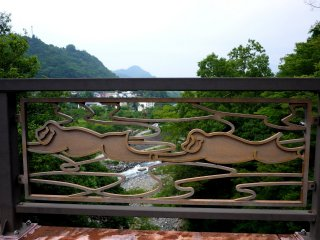 Di jembatan modern dekat jalan raya terdapat motif monyet yang menggambarkan cerita inspirasi pembuatan jembatan