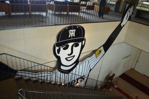 บันไดทางขึ้นชั้น2มีภาพนักเบสบอลชื่อดังแห่งเมืองโอซาก้า