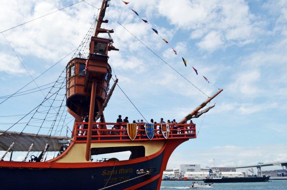 เรือสำราญSanta Maria ให้บริการเดินเรือรอบอ่าวโอซาก้า ที่จะทำให้คุณเพลิดเพลินกับบรรยากาศริมน้ำตลอด 45 นาทีบนเรือลำนี้
