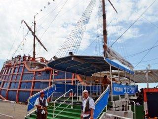 ทางเข้าเรือโดยสารจะมีเจ้าหน้าที่แต่งกายเป็นโจรสลัดเช็คตั๋วก่อนออกเดินเรือ