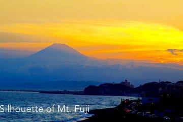 Hoàng hôn ở Enoshima và Núi Phú Sĩ